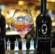 Madame Geneva Gin mit Drink