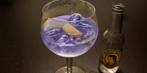 Blau leuchtender Gin & Tonic