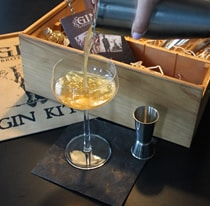 Abseihen eines Cocktails